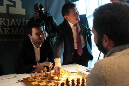 FIDE-president Kirsan Ilyumzhinov gjør det første trekket for topprangerte Shakhriyar Mamedyarov i Reykjavik Open 2015. Foto: Fiona Steil-Antoni, www.reykjavikopen.com