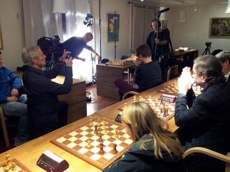 CBS-reporter Bob Simon tar bilde mens Magnus sitter i dyp konsentrasjon.