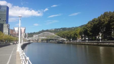 En fin spasertur langs elva i Bilbao på en strålende solskinnsdag. Foto: Tarjei J. Svensen