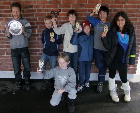 Huseby tok sølv i OM! Fra venstre: Tobias, Christian, Samuel, Jonas, Alexander og Kimjya. Elias var ikke med da bildet ble tatt. Nå venter rektor ved Huseby på overrekkelsen av det skinnende blanke fruktfatet!