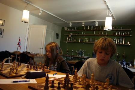 Maud Rødsmoen og Ulrik Olsen på de to første bordene på Skøyen skole. Foto: Solveig Joten Svensen