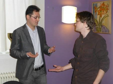 Frode Urkedal i heftig teoridiskusjon med verdens 19.beste sjakkspiller, Peter Leko. Foto: Tarjei J. Svensen