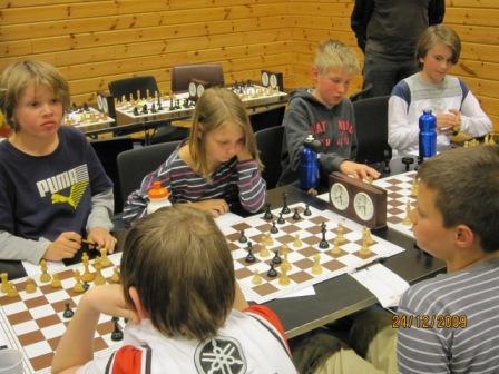 OSS-spillerne fra Skøyen skolelag slår Rolland skole fra Hordaland i mesterskapets siste runde.