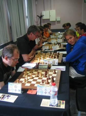 Eirik Gullaksen i forgrunnen, mens Simen Agdestein spiller mot Nicolai Getz i 2.runde.