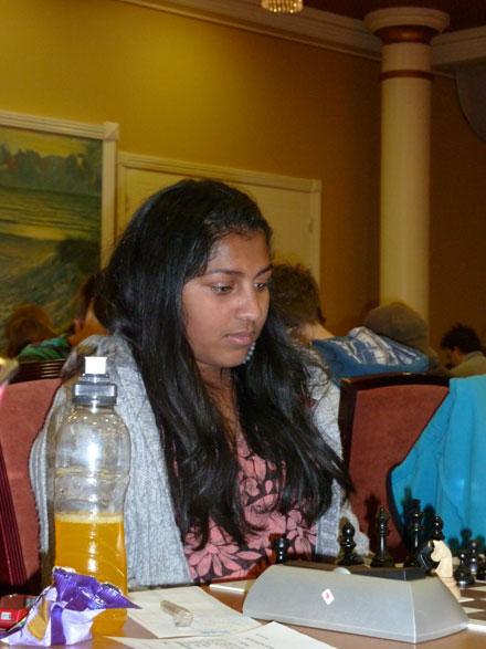 Lillesøster Jarani Suntharalingam viser stadig fremgang og klarte å svindle seg til seier i et elementært konge og bonde mot konge-sluttspill i siste runde. Fasiten er dermed 4 poeng og 19.plass for 13-åringen.