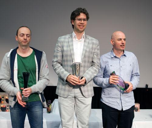 GM Jon Ludvig Hammer med sin første kongepokal, mens IM Frode Elsness på 2.plass og vår egen IM Atle Grønn på en strålende 3.plass. Foto: Bjørn Berg Johansen.