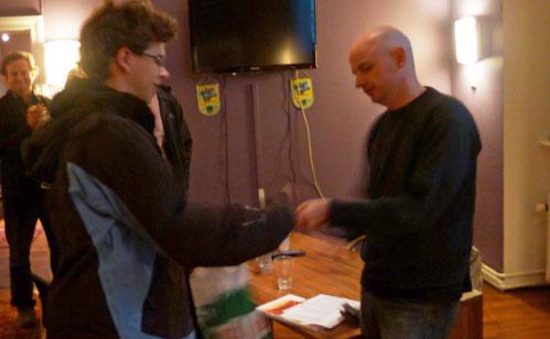 Her får Jon Ludvig 1500 kroner for innsatsen av med-turneringsleder Atle Grønn. Foto: Tarjei J. Svensen