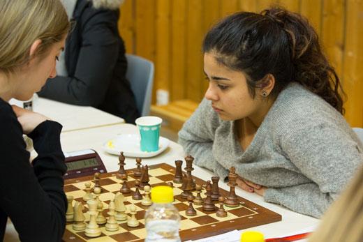 Kimiya Sajjadi, her fra 5.runde mot Hanna B. Kyrkjebø fra Stavanger (remis). Foto: Audun Hølleland