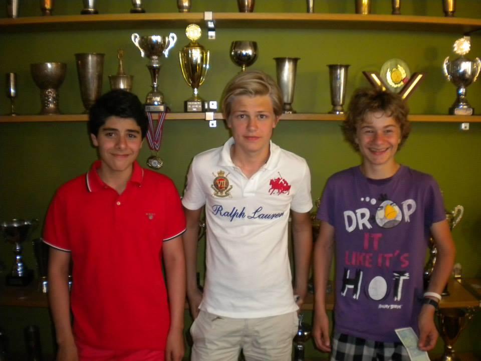 Glade vinnere av Sveins Junior Friendship Blitz: Fra venstre: 2.plass Aryan Tari, Lars Oskar Hauge og Sebastian Mihajlov