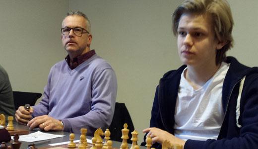 - 7 av 10, sier Lars Oskar om prestasjonen på Færøyene. Her sammen med Einar Gausel under det åpne hurtigsjakk-NM tidligere i år. Foto: Tarjei J. Svensen