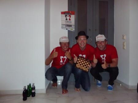 En livlig gjeng feirer Andreas sitt IM-napp med arrangørenes t-skjorter og så mye cola vi klarte å drikke