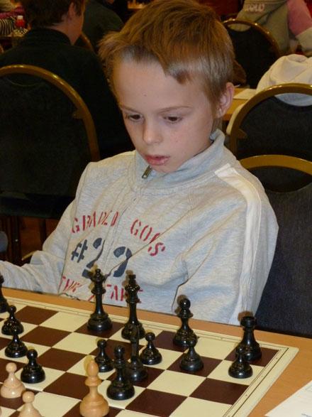 Odin Nikolai Heier er et nokså ubeskrevet blad som vi helt sikkert får høre mer om. Odin tapte de to siste, men 4 poeng og 17.plass blant 51 deltakere er et fint resultat i yngste klasse.