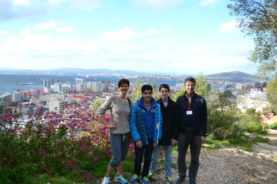 Olga Zoldhikova, Aryan Tari, Johan Salomon og Simen Agdestein på toppen av Gibraltar-klippen. Foto: stormester.no https://www.facebook.com/stormester.no