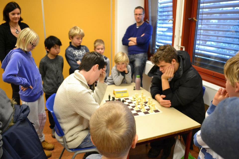 Dragulf BGP-deltakere får møte sin sjakkhelt mens Johan Salomon grubler på neste trekk mot verdens beste sjakkspiller. Foto: Olga Dolzhikova