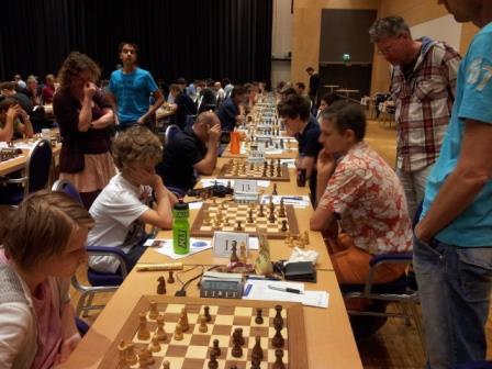 Folk samlet seg rundt det spesielle partiet mellom Svetoslav og Sebastian Mihajlov på 2.bord i mesterklassen. Foto: Tarjei J. Svensen