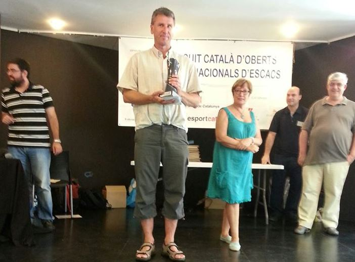 Simen Agdestein med trofeet for 1.plassen i Barcelona. Foto: Maria Haug