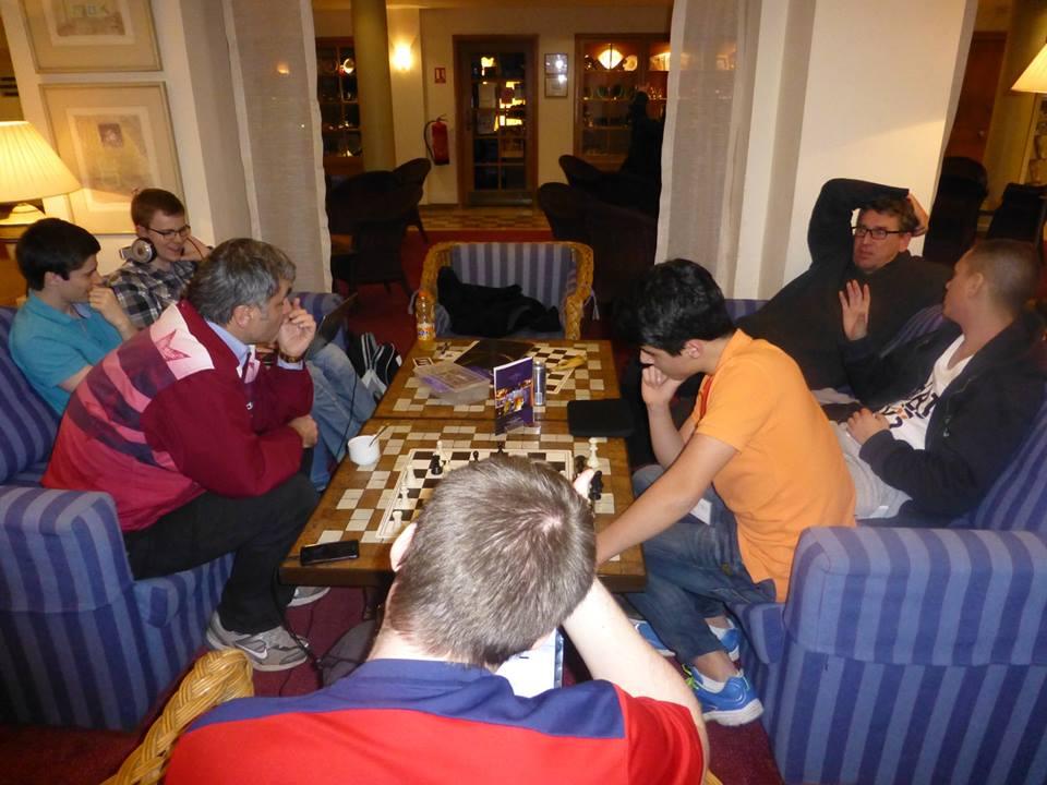 Ingen ringere enn Vassily Ivanchuk dukket opp for å analysere med Aryan Tari. I bakgrunnen en laid-back Simen Agdestein. Foto: Yerazik Khachatourian