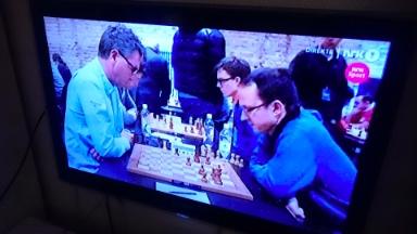 NRK viser timevis med sjakk fra Berlin.