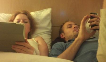 To lag fylte ett hotellrom og det ble til tider ganske trangt.