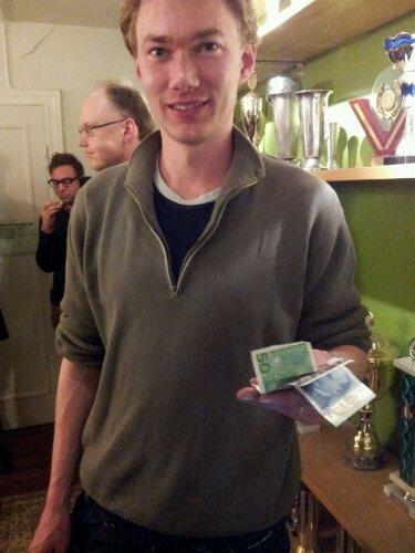 Emanuel Berg med 350 kroner i hånda etter lynturneringen