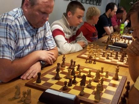 Sterk innsats av Erling Wrangell med 7 poeng. I siste runde hadde han fortjent å slå Aryan Tari. Foto: Tarjei J. Svensen